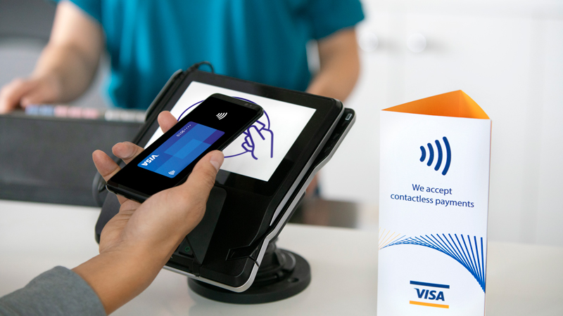 man-tapping-mobile-contactless-visa-credit-card-on-terminal-800x450